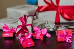 Cajas de regalo envueltas coloridas Fotos de archivo libres de regalías