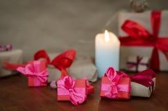 Cajas de regalo envueltas coloridas Imagenes de archivo
