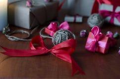 Cajas de regalo envueltas coloridas Fotos de archivo