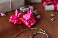 Cajas de regalo envueltas coloridas Fotografía de archivo