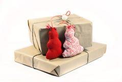 Cajas de regalo envueltas la Navidad en el fondo blanco Fotografía de archivo libre de regalías