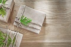 Cajas de regalo hechas a mano envueltas con concepto verde de los días de fiesta de la rama imagen de archivo libre de regalías