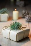 Cajas de regalo hermosas de la Navidad con las decoraciones en interior del Año Nuevo Imagen de archivo