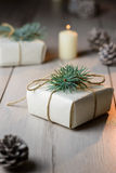Cajas de regalo hermosas de la Navidad con las decoraciones en interior del Año Nuevo Foto de archivo libre de regalías