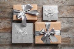 Cajas de regalo hermosas en fondo de madera, fotografía de archivo