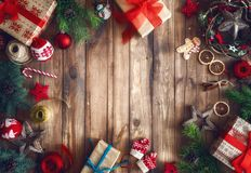 Cajas de regalo de la Navidad en el escritorio de madera fotografía de archivo