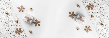 Cajas de regalo de la Navidad en fondo del abrigo con los conos de la decoración y del pino del oro foto de archivo libre de regalías