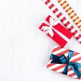 Cajas de regalo de la Navidad envueltas en papel rayado del regalo fotografía de archivo libre de regalías