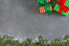 Cajas de regalo de Navidad en el papel rayado, visión superior con el espacio de la copia Fotografía de archivo