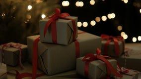Cajas de regalo para el día de fiesta de la Navidad con contra las luces borrosas metrajes