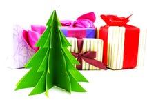 Cajas de regalo pressent con las decoraciones de la cinta en el fondo blanco Imagen de archivo