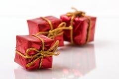Cajas de regalo rojas Imágenes de archivo libres de regalías