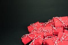 Cajas de regalo rojas en fondo negro Fotografía de archivo