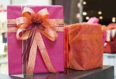 Cajas de regalo rosadas y rojas en centro comercial Imagenes de archivo