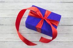 Cajas de regalo sobre cierre de madera del fondo para arriba Imagen de archivo