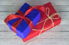 Cajas de regalo sobre cierre de madera del fondo para arriba Fotos de archivo