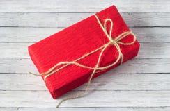 Cajas de regalo sobre cierre de madera del fondo para arriba Imagenes de archivo