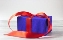 Cajas de regalo sobre cierre de madera del fondo para arriba Fotografía de archivo