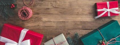 Cajas de regalo de vacaciones coloridas de la Navidad con algunos artículos de adornamiento Fotografía de archivo libre de regalías