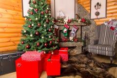 Cajas de regalo y árbol de navidad adornado, primer Foto de archivo libre de regalías