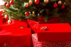 Cajas de regalo y árbol de navidad adornado, primer Imagen de archivo