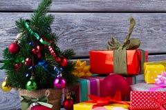 Cajas de regalo y árbol del ajuste Imagen de archivo