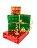 Cajas de regalo y bolas de la Navidad, aisladas en blanco Imagen de archivo libre de regalías