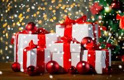 Cajas de regalo y bolas rojas debajo del árbol de navidad Imagen de archivo