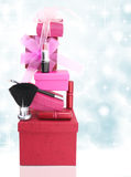 Cajas de regalo y cosméticos de la mujer Fotos de archivo libres de regalías