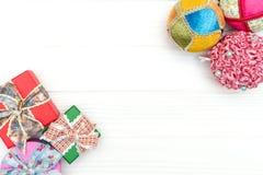 Cajas de regalo y ornamentos y juguetes del Año Nuevo en el fondo de madera blanco Fotos de archivo