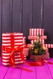 Cajas de regalo y pequeño árbol de navidad adornado Fotos de archivo