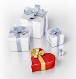 Cajas de regalo y una caja roja del corazón Imagenes de archivo