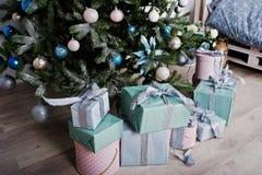 Cajas de regalos debajo del árbol del Año Nuevo en el sitio blanco Invierno feliz Holi Fotos de archivo