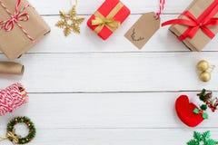 Cajas de regalos del regalo de Navidad y elementos de la decoración en el fondo de madera blanco Imagen de archivo