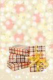 Cajas de regalos en un fondo amarillo hermoso Fotografía de archivo