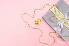 Cajas de regalos o cajas de los presentes en el fondo rosado para la ceremonia del cumpleaños, de la Navidad o de boda fotografía de archivo
