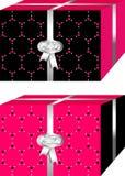 Cajas de regalos simples y elegantes de la Navidad, negro y rojo ` De la Feliz Navidad del ` escrito en idiomas españolas e ingle stock de ilustración