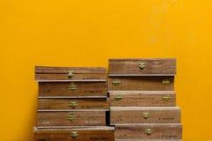 Cajas de Sigar del cubano en una pared amarilla Imagenes de archivo