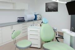 Cajas de trabajo interiores y herramientas de la clínica dental Imagenes de archivo