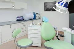 Cajas de trabajo interiores y herramientas de la clínica dental Imagen de archivo