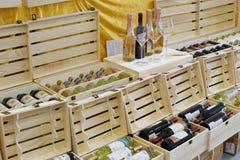 Cajas de vino en tienda del licor Foto de archivo libre de regalías