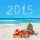 Cajas del árbol de navidad y de regalo en la playa del mar Concepto por Año Nuevo Imagenes de archivo