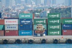 Cajas del cargo en el puerto marítimo imágenes de archivo libres de regalías