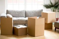 Cajas del cartón de la cartulina en sala de estar, el embalaje y el concep móvil imagenes de archivo