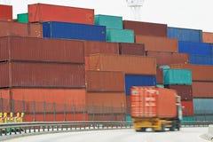 Cajas del contenedor para mercancías en terminal del muelle Imagen de archivo