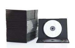 Cajas del DVD con el disco en el fondo blanco imagen de archivo libre de regalías