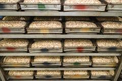 Cajas del pan que esperan el horno fotos de archivo