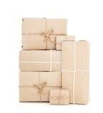 Cajas del paquete postal, aisladas en el fondo blanco Imagen de archivo
