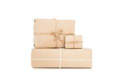 Cajas del paquete postal, aisladas en los fondos blancos Foto de archivo libre de regalías