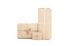 Cajas del paquete postal, aisladas en los fondos blancos Imagen de archivo